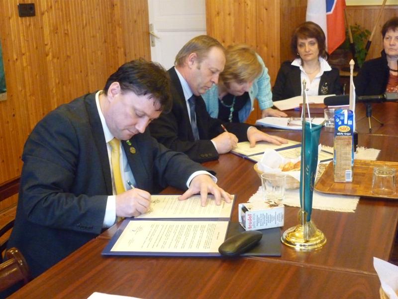Az alábbi galériát nézi: Testvértelepülési megállapodás aláírása és emléktábla-avatás 2013.04.12.